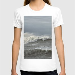 Big waves on the Back shore T-shirt