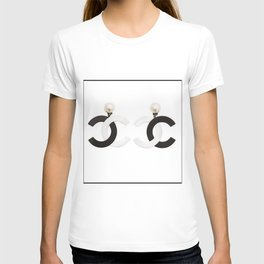 coco vintage earrings black and white T-shirt