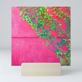 MUR ROUGE AVEC LIERRE Mini Art Print