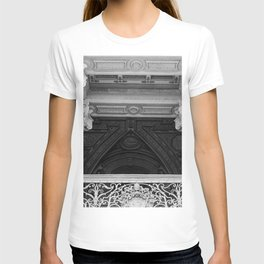Saint Peters Basilica Photograph by Larry Simpson T-shirt