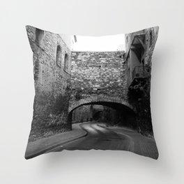 Calle con túnel Throw Pillow