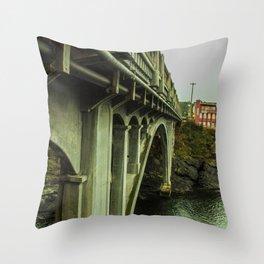 Puentes de Oregon Throw Pillow