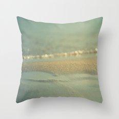 Días Fríos Throw Pillow