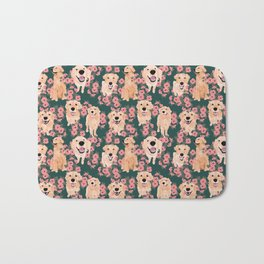Golden Retriever and flowers on green Badematte