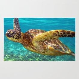 Green Sea Turtle swimming in Hawaii Rug