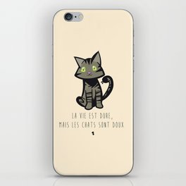 La vie est dure, mais les chats sont doux iPhone Skin