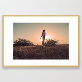 Levitando en el atardecer Framed Art Print
