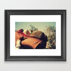 El peso de la huida Framed Art Print