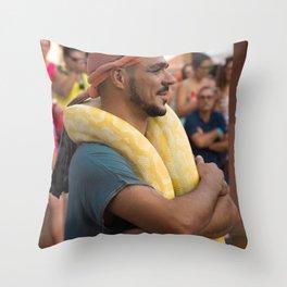 Dresseur de serpent Throw Pillow