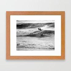 Jouer avec les vagues Framed Art Print