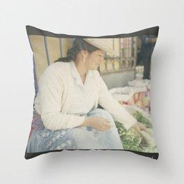 Mujer Peruana en el Mercado Throw Pillow