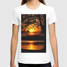 toris annique tumentes solis occasum prope lacum sito T-shirt