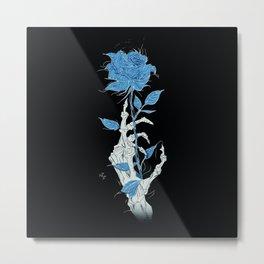Mano de Esqueleto con Rosa azul fondo negro fondo negro. Metal Print