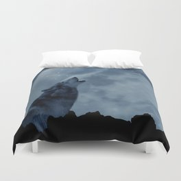 Wolf howling at full moon Duvet Cover