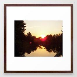 la puesta del sol Framed Art Print
