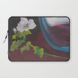 Fiore bianco con vaso d'acqua. Flowers and leaves. Fleur et feuilles. Laptop Sleeve