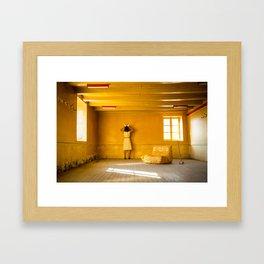 Le mystère de la chambre jaune Framed Art Print