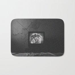 Vaporwave kiss on tv Bath Mat