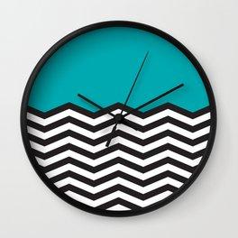 Mustavalko siksak turkoosilla pohjalla Wall Clock