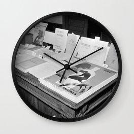 Folders en affiches zijn te koop in het centrum van het Nationaal Comité tegen A, Bestanddeelnr 254 Wall Clock