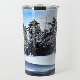 La rivière enneigée Travel Mug