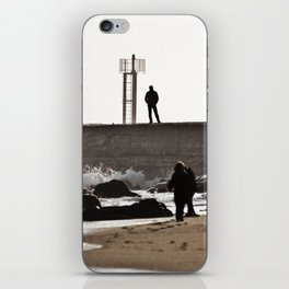 Homme sur digue iPhone Skin
