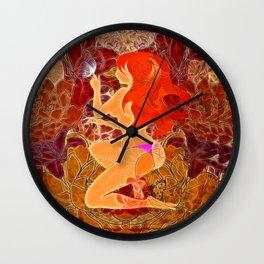 Frau mit roten Haaren und Schmetterling Wall Clock