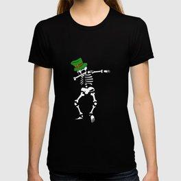 Dabbing St Patrick_s Day Skeleton Leprechaun T-shirt