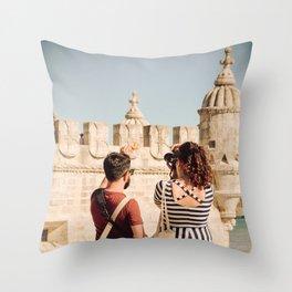 Le voyage du canard Throw Pillow