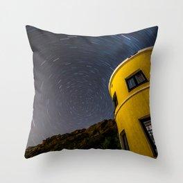 Mirando al Norte Throw Pillow
