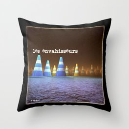 Gang de Cônes - Les Envahisseurs Throw Pillow