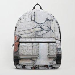 The facade's face, graffiti Backpack