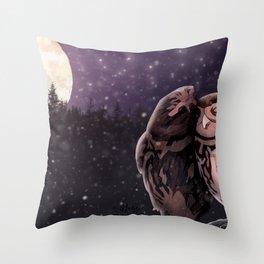 Owly kiss Throw Pillow