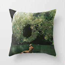Quel giorno che arrivò la luna al lago mi stavo facendo il bidet Throw Pillow