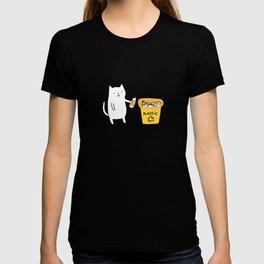 Cat recycles plastic T-shirt