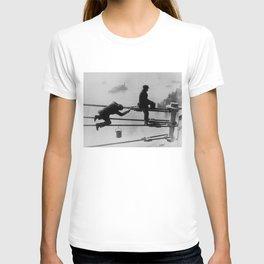 Brooklyn Bridge Painters Vintage Photograph (1915) T-shirt