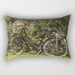 Bicicleta vintage en el campo de extensos viñedos Rectangular Pillow