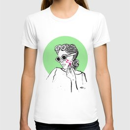 Step 2. Apply lipstick T-shirt