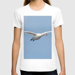 Mute Swan in flight blue sky (Cygnus olor) T-shirt