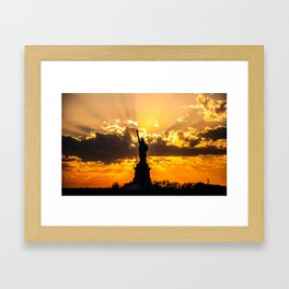 Statue of Liberty sunset in New York Harbor Gerahmter Kunstdruck