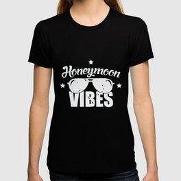 Honeymoon Vibes Married Couple Holiday Sunglasses T-shirt