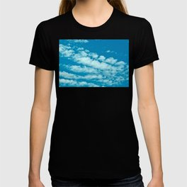 Beautiful blue sky and fluffy clouds T-shirt