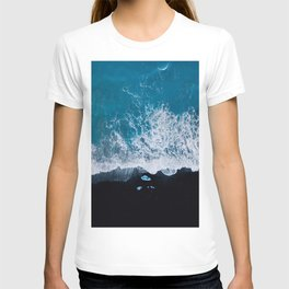 Abstract and minimalist black sand beach in Iceland with chunks of Ice and waves - moody Landscapes T-shirt