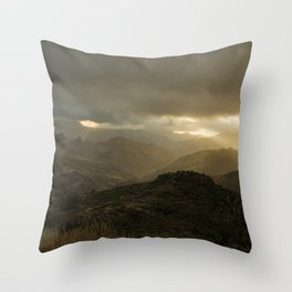 Canaria montana vista Throw Pillow