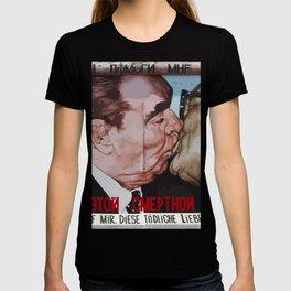 Socialist kiss on Berlin wall T-shirt