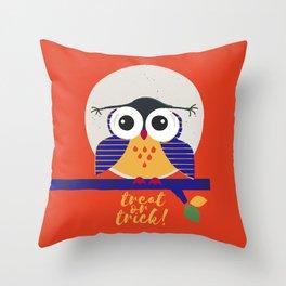 big eyed halloween owl Throw Pillow
