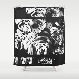 Hojas tropicales. Hojas de hojas de Monstera utilizadas como telón de fondo. Diseño - Ilustración Shower Curtain