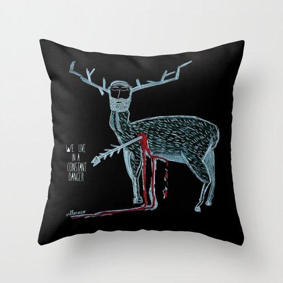Vivimos en un peligro constante (We live in a constant danger) Throw Pillow