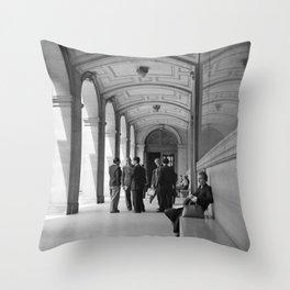 Een arcade bij de Sorbonne, Bestanddeelnr 254 2117 Throw Pillow