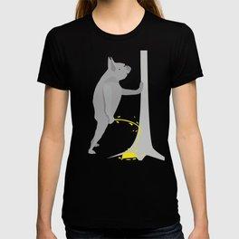 funny pissing peeing Dog Dogs Labrador Bulldog T-shirt